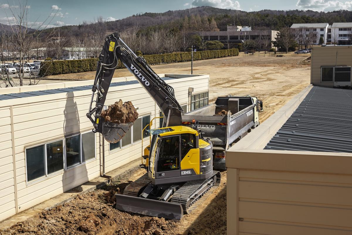 Reduced-tail-swing excavators are seeing increased use in conjunction with building and other construction projects.