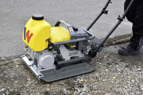 The AP1850e and AP1840e series of battery-powered single-direction vibratory plate compactors are designed for use in new commercial interior or indoor renovation projects, poorly ventilated areas such as trenches and tunnels, and projects with strict emission and noise guidelines, as well as traditional soil and asphalt compaction applications.