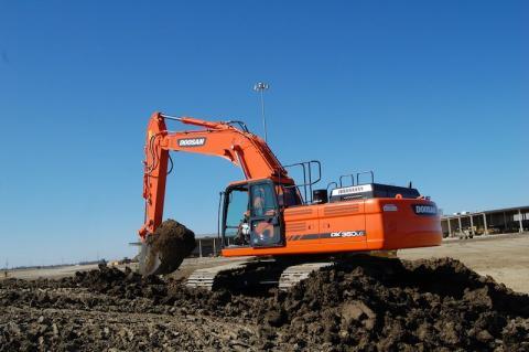 Pros Find Doosan DX350LC-3 Strong, Quiet | Construction