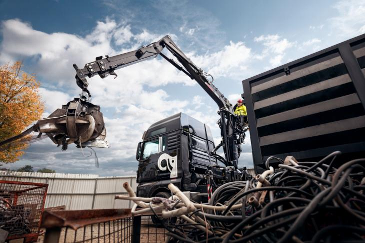 Hiab Jonsered recycling crane range for heavy-duty recycling consists of six crane models within capacity range of 10 to 16 ton-meters.