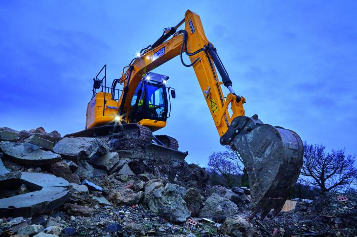 The JZ141 crawler excavator is a 33,000-pound reduced-tail-swing model equipped with a JCB EcoMAX engine that meets Tier 4-F standards without a DPF, DEF, or engine aftertreatment.