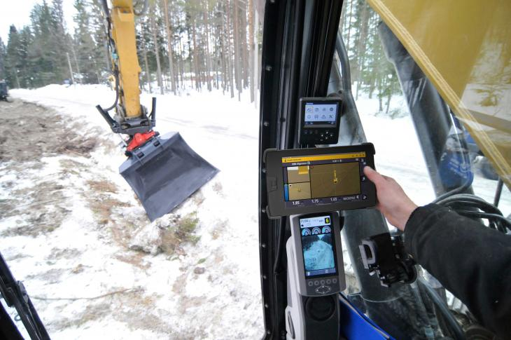 Trimble Earthworks Grade Control Platform 1.9 includes fully automatic guidance for excavator tiltrotator attachments