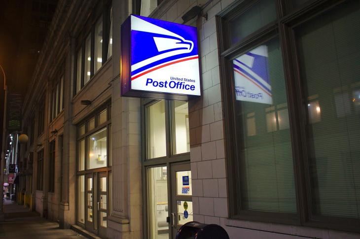 The outside of a US Post Office.