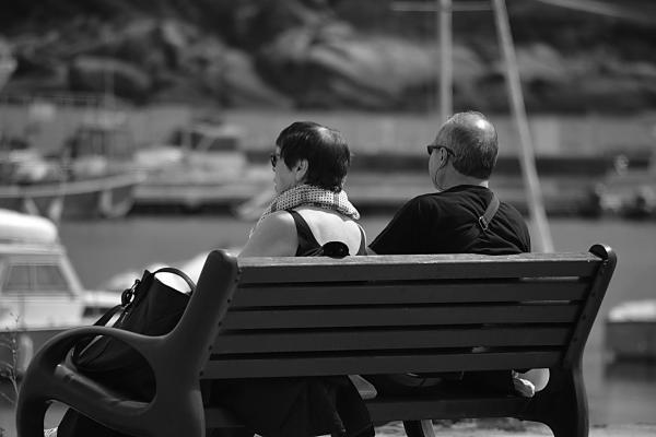 Couple on a park bench, image via Pixabay