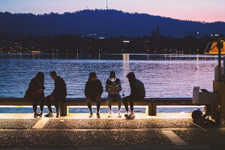 Millennials_near_water