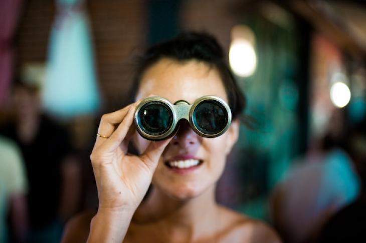 Woman_looking_through_binoculars