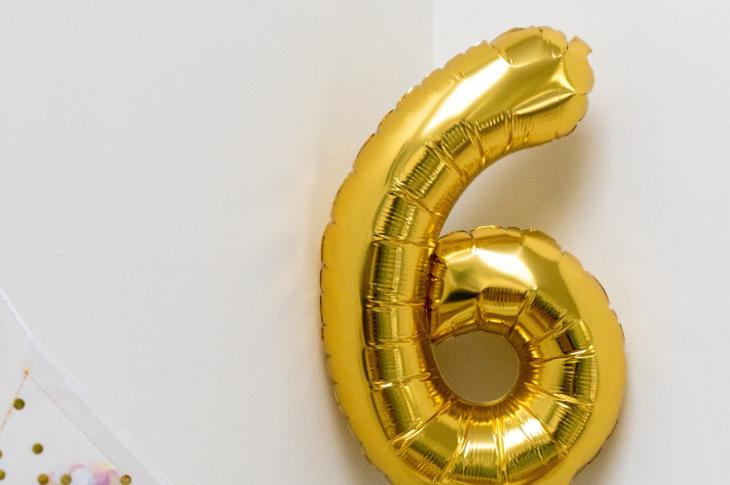"""Big gold '6' balloon 