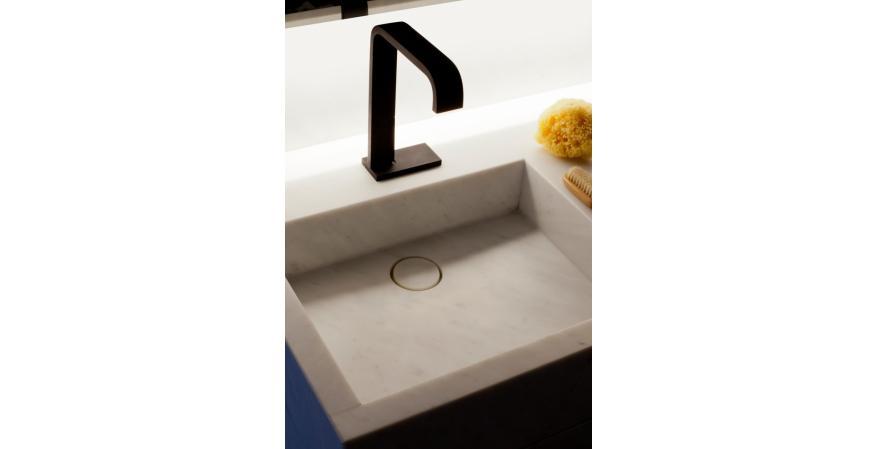 Single-lever sink mixer in dark bronze